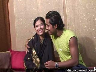 Πρώτα σεξ επί camera για χαριτωμένο ινδικό και αυτήν hubby