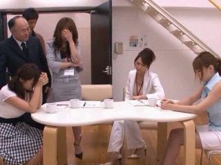 Japonesa av modelo taking pocket rocket