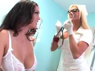 Estranho enfermeira nikita tries para curar alison