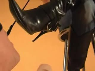 Sklave licks goddess' dreckig stiefel clean, boot anbetung