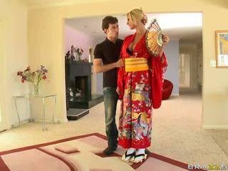 金發 geisha breaking 同 customs
