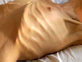Veider amatöör kõhn bony beib shows ära tema väike anorexic keha