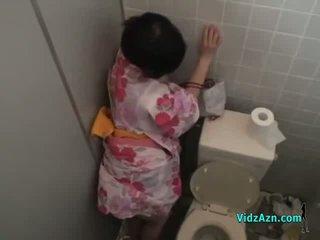 Asijské dívka v kimono fucked od za připojenými opčními na prdel v the toilette