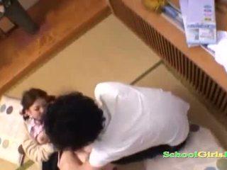 Uczennica licked i fingered przez guy ssanie jego kutas na the podłoga w the roo