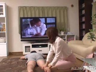 Living huone witnesses a kiva seksi suorituskyky of an thaimaalainen pair