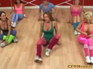 Bekläs kvinnlig naken hane femdoms runkar kuk vid aerobics