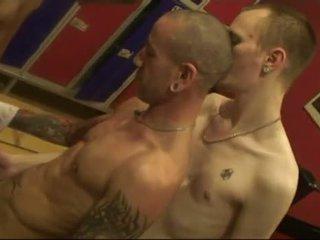 Bare mbalik group in publik sauna