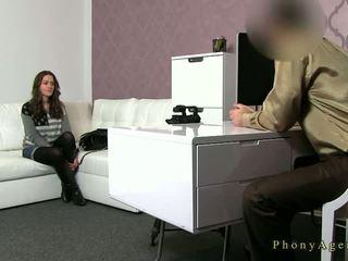 Rondborstig brunette amateur geneukt op zitbank op casting