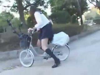 Japonesa gaja a montar um vibrating bicicleta thru o cidade (public squirting)
