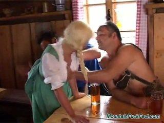 Blonda tarfa has sperma de la bjing și rubbing two boners