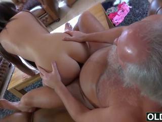Sexy unge jente knullet av feit gammel mann sæd svelging babe