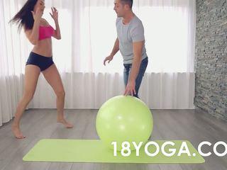 Mamalhuda jovem grávida creampied anally doing yoga