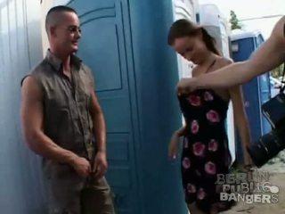 Two heet brunette meisjes giving two stiff bazookas een pijpen in publiek