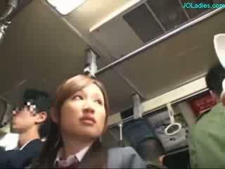 Kancelária dáma getting ju chlpaté pička fingered zatiaľ čo standing na the autobus