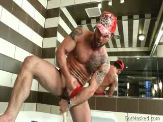 Pierced hunk stuffing his göt with plastikden sik