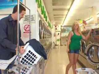 Superb sexy blond babe med naturlig stor pupper doing blowjob i den washing butikken