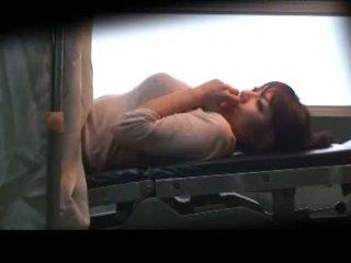 Povekas milf laying päällä the lääketieteen sänky fingered perseestä kanssa lelut mukaan the gynecologist sisään the surgery