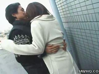 Caldi giapponese giovanissima exhibs e gets scopata all'aperto
