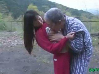 Aziāti meitene getting viņai vāvere licked un fucked līdz vecs vīrietis sperma līdz pakaļa ārā pie