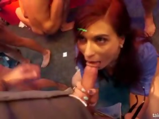 Excited שחקנית fucks ב מועדון