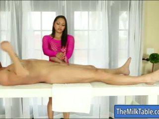 Busty masseuse adrianna luna blowjobs dưới các bàn