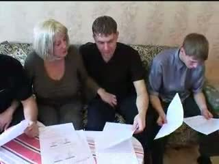 Μαμά και τρία sons Καυτά οικογένεια σεξ όργιο