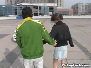 Unge jente på roller skates sucks kuk på balkong