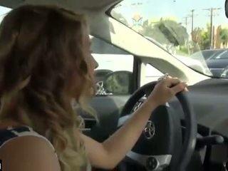 Voiture branlette tandis que driving