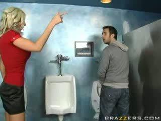 Girtas milf sucks į tualetas!