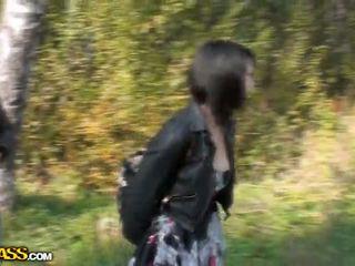 Lina duke thithur cocks në një park për para