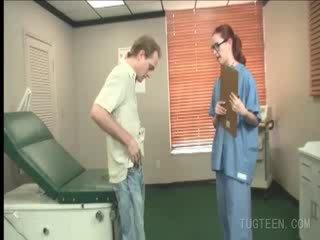 Tempting лікар rubs її patient's хуй