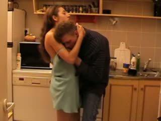 Daddys дъщеря прецака в на кухня видео