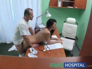 Fakehospital médico fucks porno actriz sobre mesa em privado clinic