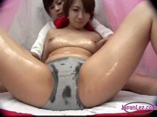 Asiatiskapojke flicka i trosa massaged med olja tuttarna rubbed fittor fing