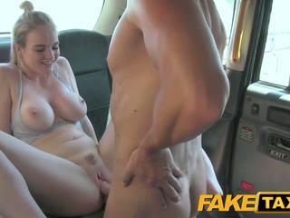 Faketaxi cabby has beginners luck par blondīne