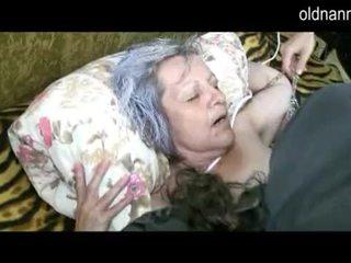 Tua perempuan tua mendapatkan alat kemaluan wanita licked oleh muda guy