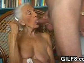Verdorben großmutter giving ein blowjob bei zuhause