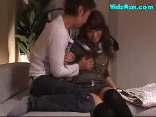 Miela mergaitė getting jos krūtys rubbed putė licked fingered apie the sofa