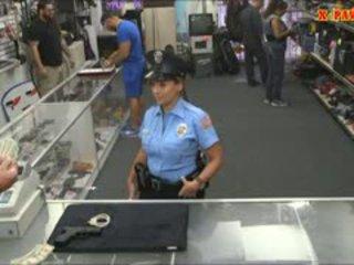 Politie ofițer cu uriaș balcoane got inpulit în the camera din spate