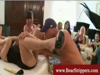Cfnm σφηνάκι χύσι από ένα αρκούδα stripper