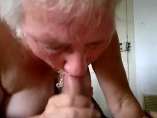奶奶 咂 年轻 公鸡 和 得到 附带 在 口