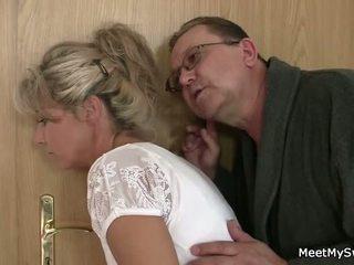 他 leaves 和 老 parents seduces 他的 yummy gf