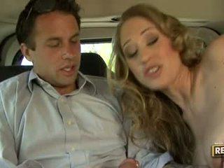 Nóng blondie abby rode deliciously pleasures cô ấy miệng với một con gà trống plugged trên nó