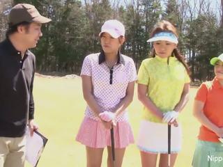 Miela azijietiškas merginos žaisti a žaidimas apie nusirengti golfas