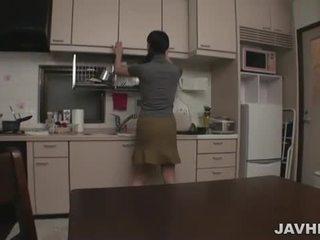 Japānieši pāris pie mājas