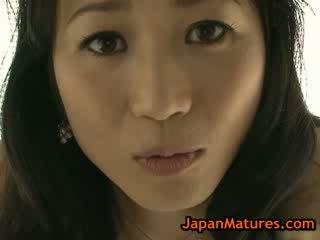 Aziāti pieauguša natsumi kitahara izģērbtas