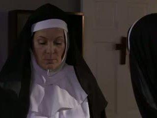 Kåt eldre nonne og bitch lesbisk sex (roleplay)