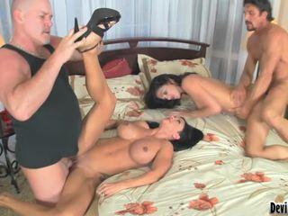熱 小雞 享受 sharing 他們的 角質 husbands cocks 為 enjoyment !