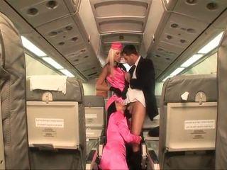 Two неприятен stewardesses double teams а хуй