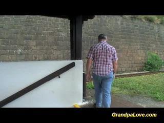 Γριά dude blackmails χαριτωμένο ξανθός/ιά πόρνη για γαμώ